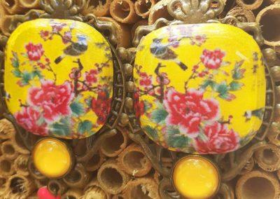 boucles d'oreilles Asie fleurs et oiseaux sur fond jaune création merveilles