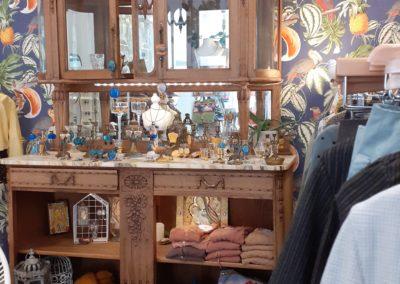 interieur boutique merveilles buffet bijoux et prêt a porter Montpellier