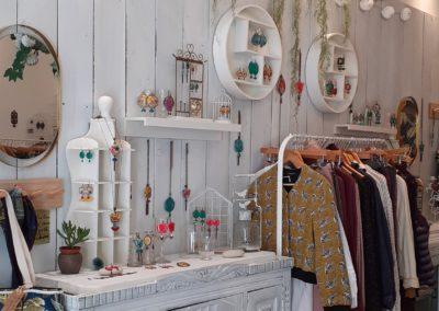 interieur boutique merveilles composition sur mur blanc-bijoux-pret a porter-atelierdmerveilles-montpellier